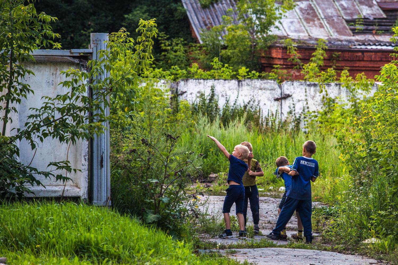 Ощущение охраняемой территории поддерживают беззаботные стайки местных мальчишек
