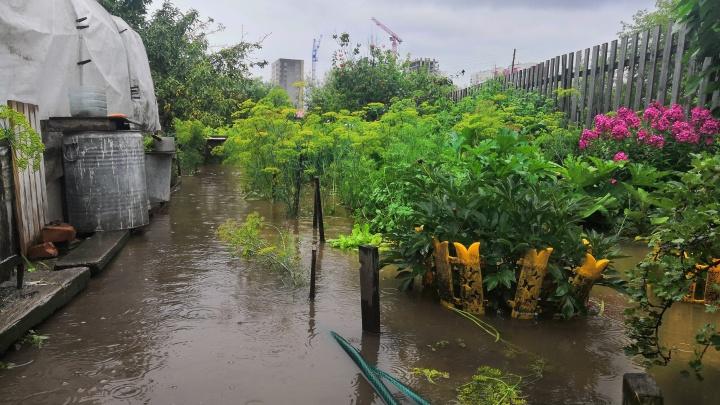 «Вода подходит к домам, но никто не реагирует»: тюменцы бьют тревогу из-за потопа в частном секторе