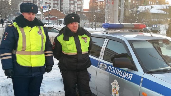 Омские автоинспекторы вернули домой пятилетнего мальчика, который вышел гулять без шапки