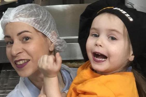 Екатерина со своей дочкой на мастер-классе по приготовлению пиццы