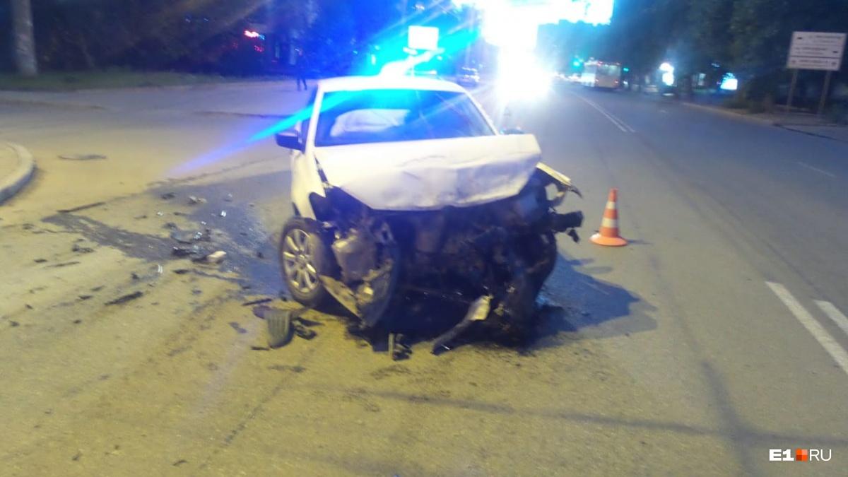 На Белинского столкнулись Mitsubishi и Volkswagen. Пассажирка японской иномарки в больнице