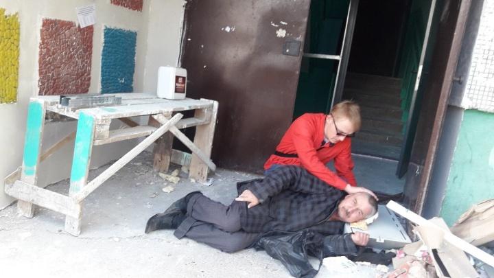 Гвоздь пробил голову: в Стерлитамаке мужчина упал на кучу строительного мусора у подъезда