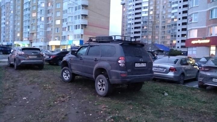 «Я паркуюсь как...»: из-за новых правил эвакуации Екатеринбург стал сплошной стоянкой для автохамов