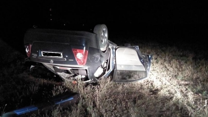 На трассе под Новосибирском перевернулся седан: погиб пассажир