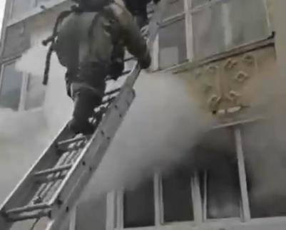В Уфе пожарные спасли ребенка из горящего дома: всего эвакуировали 14 человек