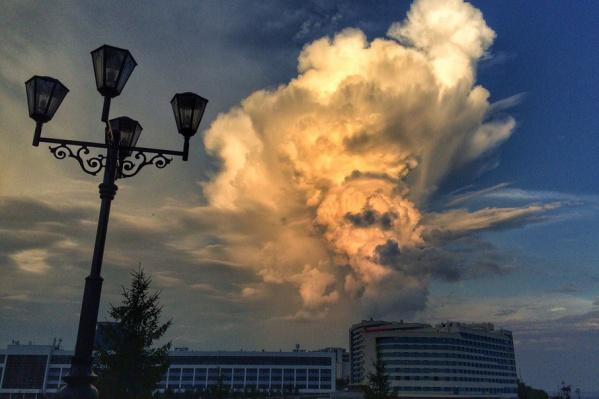 Туча величественно и угрожающе нависла над башкирской столицей