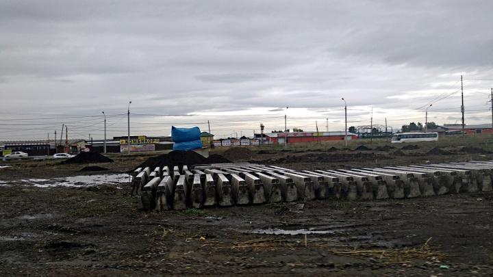 На въезде в «Солнечный» начали закладывать сквер с ковшом в честь машиностроителей