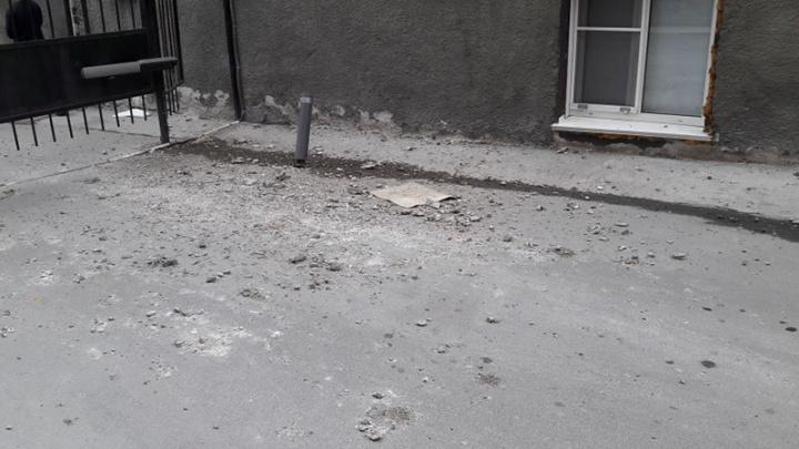 В одном из домов на Ленина начал осыпаться балкон