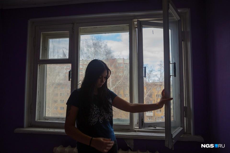 Наталья не хотела, чтобы ее дети жили в квартире, где ободраны обои и дует из окон, но мошенники не оставили ей выбора