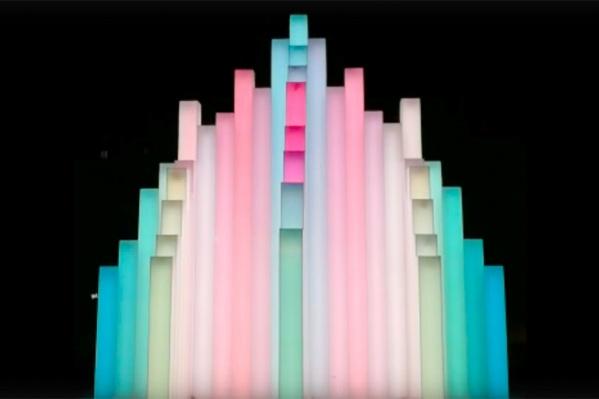 Каскадный световой фонтан переливается разными цветами