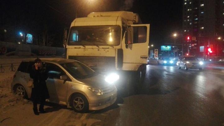 Водитель МАЗа ударил «Тойоту» и протащил её около 80 метров