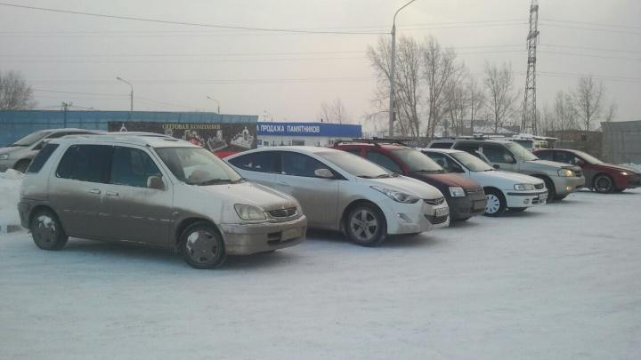 Перед морозами машины выстроились в очереди на автомойках