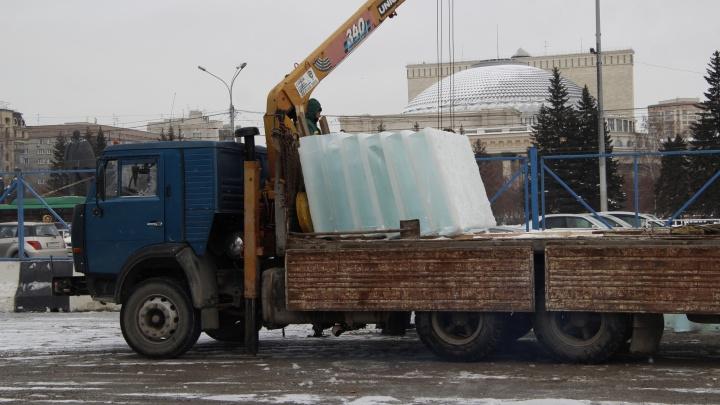 На площади Ленина появились глыбы льда