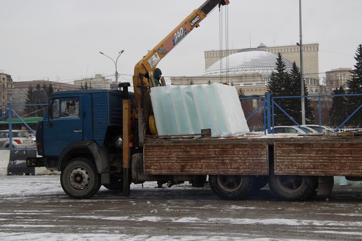 Из больших ледяных блоков построят лабиринт и горки