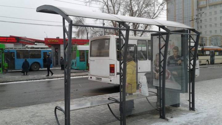 Уборочная техника выломала стекло на остановке ж/д вокзала. Осколки посыпались на случайных прохожих