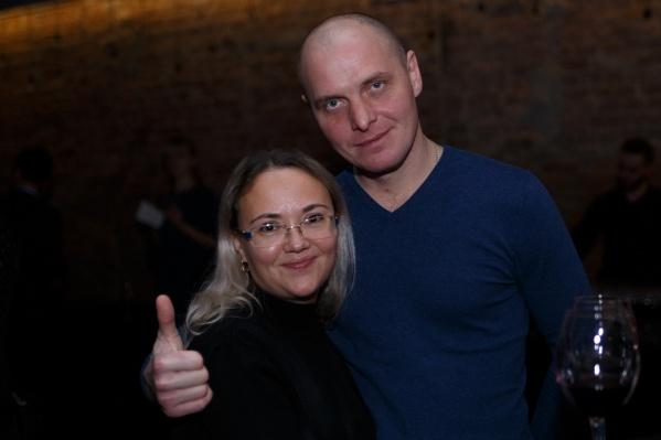 На презентации нового дизайна 59.RU Людмила Ёлтышева сфотографировалась с мужем. В кадр попали бокалы с вином. Из-за этого семью упрекнули в посещении «алкогольно-кальянных вечеринок»
