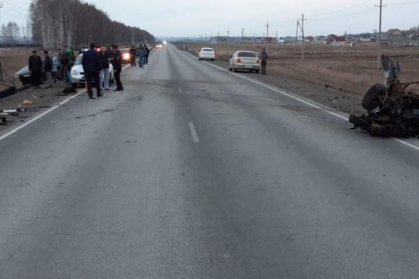 Обломки автомобилей разбросало по трассе