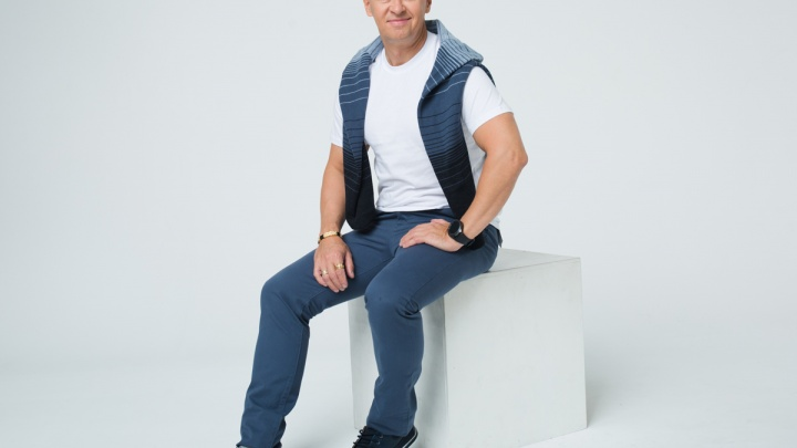 Футболка — 149, джинсы — 599: повторив стильный образ шоумена Сергея Исаева, можно хорошо сэкономить