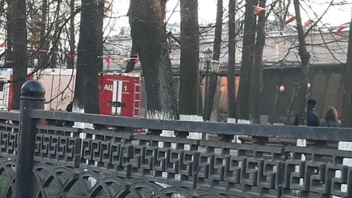 Эвакуировали посетителей: в центре Ярославля загорелся ресторан