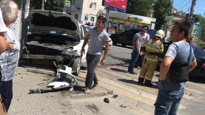 В Волгограде столкнувшиеся Audi и «Лада-Приора» сбили женщину