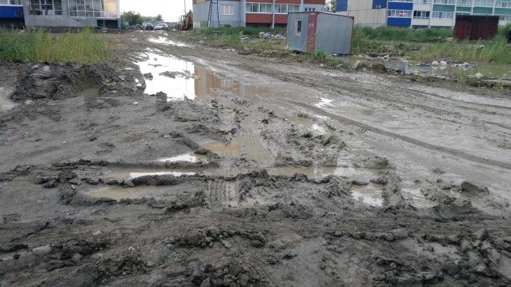 «Берём с собой резиновые сапоги»: жители челябинского микрорайоналишились дороги из-за строителей