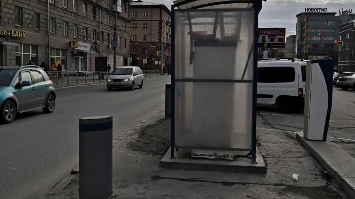 На Красном проспекте начали оборудовать платные парковки— будки оплаты закрывают водителям обзор