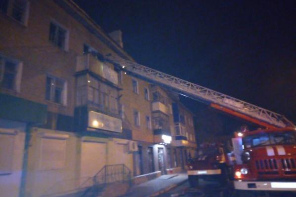 Пожарным пришлось воспользоваться спецтехникой, чтобы потушить огонь