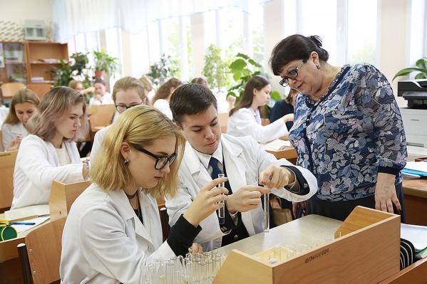 Елена Молчанова на уроке с учениками