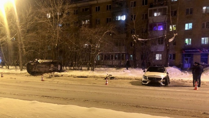 Mercedes ушел на встречку: видео жесткого лобового столкновения на Вторчермете