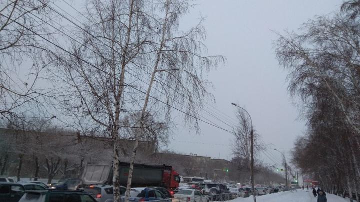 Вместе с выпавшим снегом в Новосибирске вырос уровень пробок