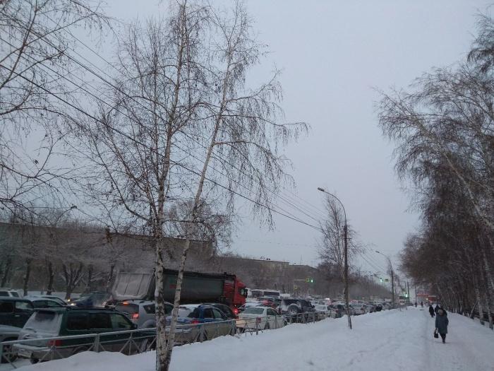 Утренний снегопад поднял уровень пробок на дорогах. Фото из архива НГС