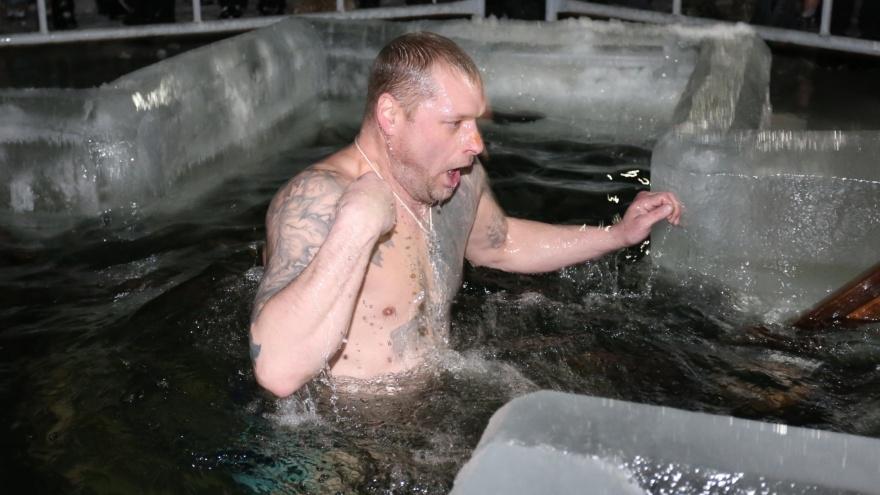 Просевший лёд, скандальный епископ и очереди возле купелей. Челябинск отмечает Крещение