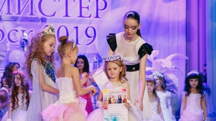 Две пятилетние девочки из Красноярска едут в Москву на конкурс красоты для детей