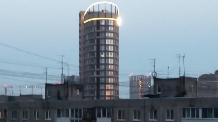 Пермяк пожаловался на то, что подсветка соседнего дома светит по ночам как маяк. Что с этим делать?