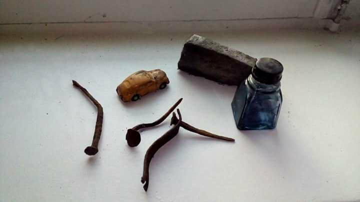 Гвозди, точило, бутылочка из-под чернил и детская игрушка-автомобиль