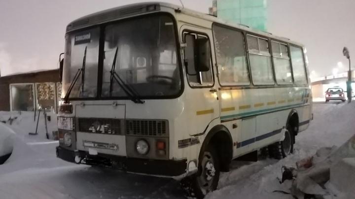 Инспекторы в Дудинке остановили автобус с неисправными тормозами