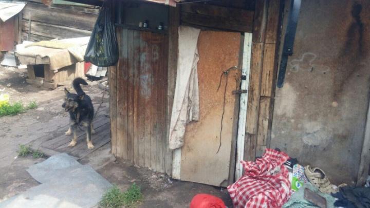 «Жили среди бомжей»: двоих детей изъяли у неблагополучной семьи