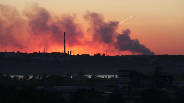 Горит, но не коптит: власти заявили о безопасности дыма от двухдневного пожара на Хилокской свалке