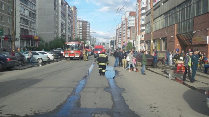 На Родонитовой загорелось здание фитнес-центра