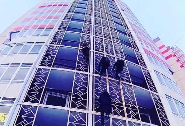 Студенты из-за любви к высоте по фасаду залезли на крышу 16-этажки