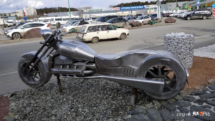 Мотоцикл полностью сделан из листового металла