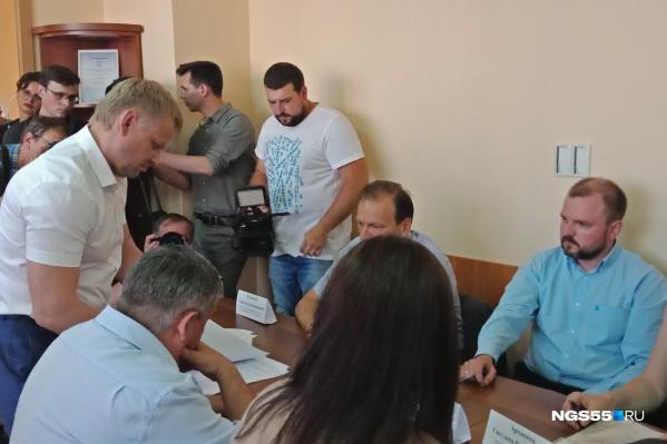Кульминационный момент: представитель ООО «Капитал-Строй» подписывает документы