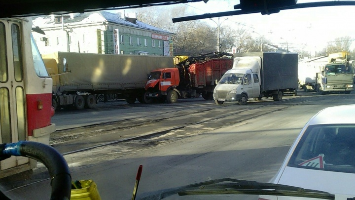 Возле площади Кирова мусоровоз на ходу врезался в фуру