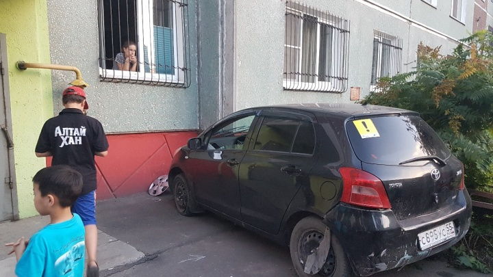 В Омске пьяный вьетнамец на «Тойоте» снес скамейку и врезался в стену девятиэтажки