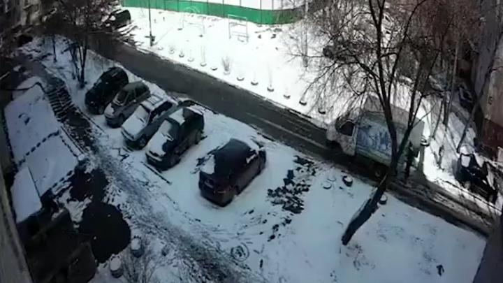 В Полевском водитель грузовой «газели» насмерть сбил 80-летнего дедушку во дворе и даже не заметил