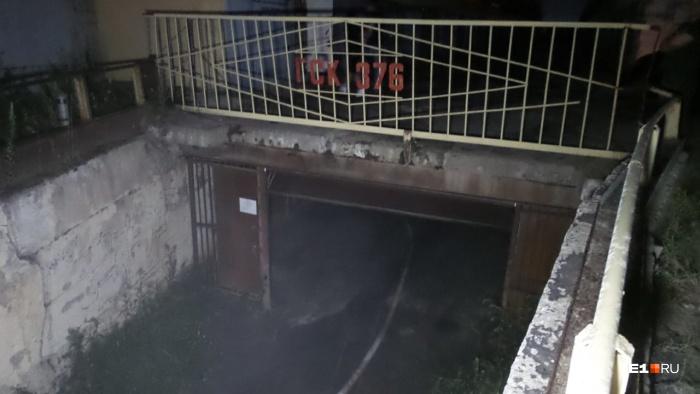 Когда пожарные подъезжали к гаражам, дым начал рассеиваться