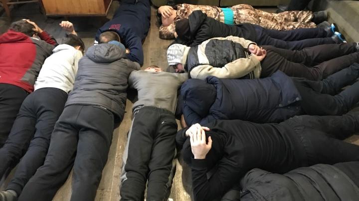 В Минусинске полицейские 2 года покрывали подпольный цех по производству водки