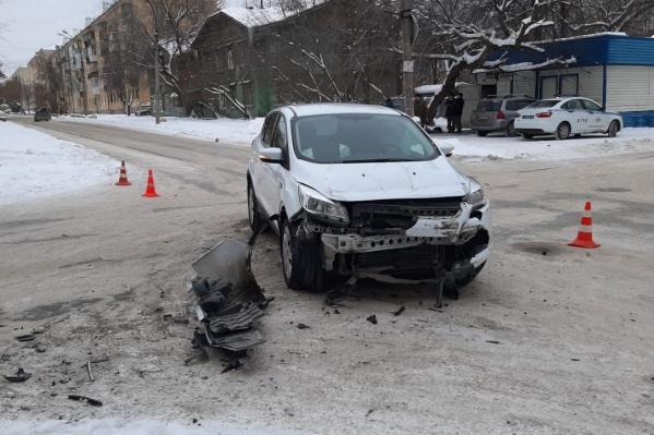 После столкновенияFord Kuga и УАЗ «Патриот» отечественную машину отбросило на пешеходов