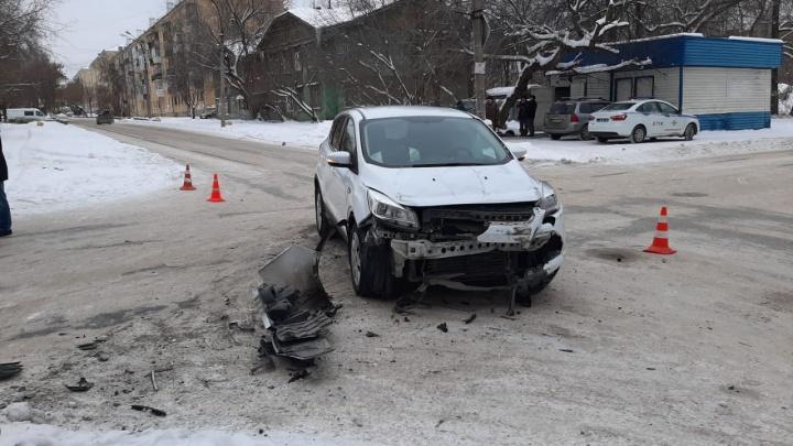 Подробности аварии на Эльмаше: мужчина с детьми стоял на тротуаре, когда на него отбросило машину