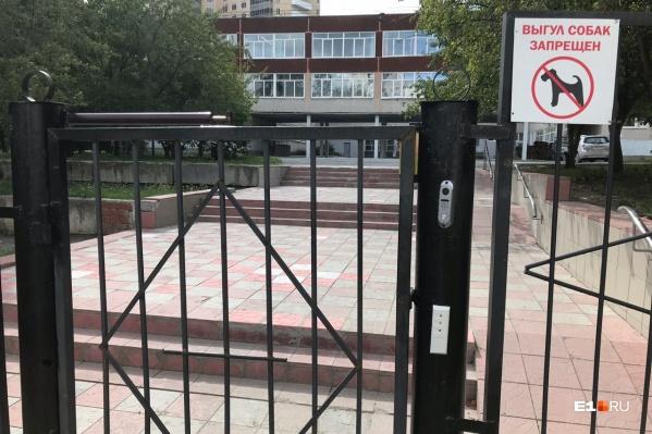 Соседние школы пока открыты для всех, но попасть на территорию 32-й теперь просто так нельзя